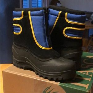 Snow boots, new never worn in box